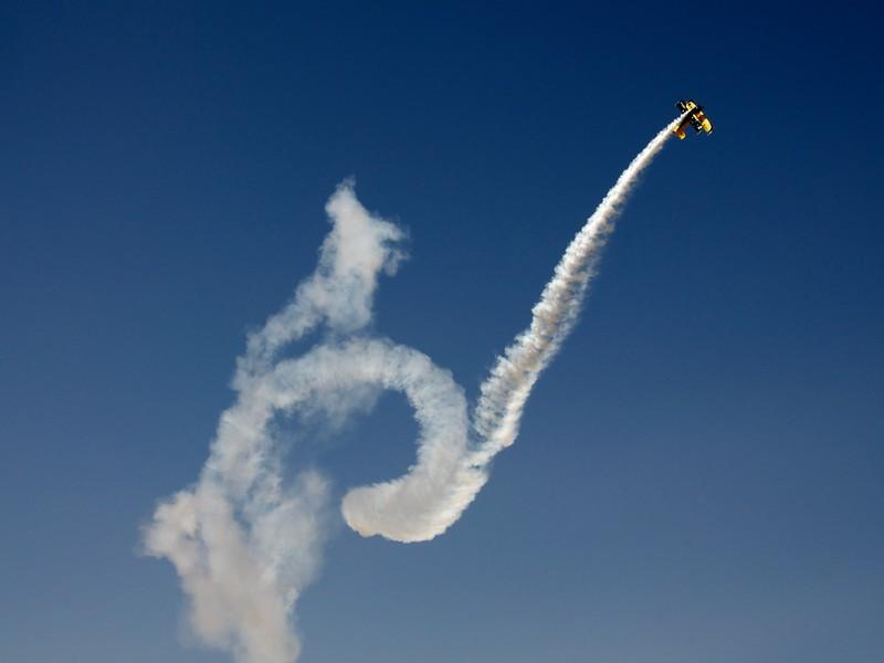 Zbor acrobatic cu avion militar in Bucuresti